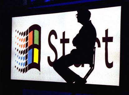 En Agosto de 1995, Microsoft presentó Windows 95 el sistema operativo que saldría en las páginas de todos los periódicos y con el que logró el éxito definitivo de Microsoft.