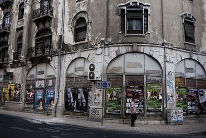 Numerosos edificios del centro de Lisboa muestran su abandono, como este de la calle de Eça de Queiroz, cerca de la plaza del Marqués de Pombal y la Avenida da Liberdade.