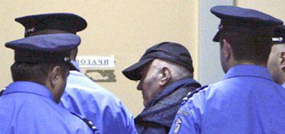 Mladic, conducido por policías serbios tras su detención.