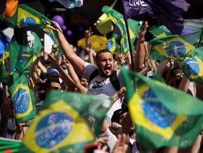 Manifestantes contra Bolsonaro este domingo en la avenida Paulista de São Paulo.