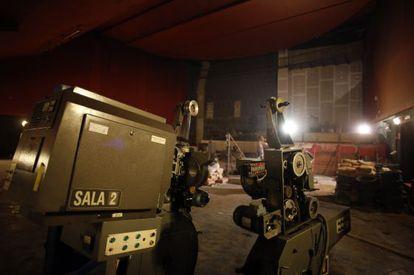 Los viejos proyectores, en el interior en obras de los cines Luchana.