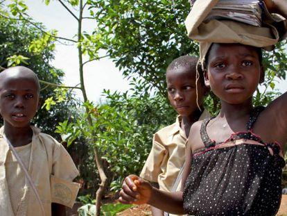 Tres menores deambulan por el distrito deprimido de Kanyosha, en la ciudad de Bujumbura, capital de Burundi.