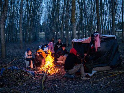 Un grupo de migrantes acampa este domingo en la orillo turca del río Evros. En vídeo, ciudadanos de Lesbos tratan de impedir el desembarco de refugiados sirios.