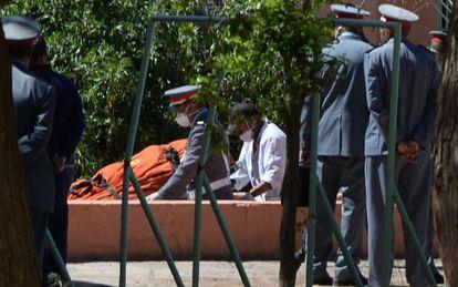 Llegada del cadáver de uno de los espeleólogos españoles a Bougafer.
