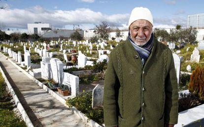 El imán Mohamed Bernaui, posa ante las tumbas de musulmanes del cementerio de Griñón, cerca de Madrid.