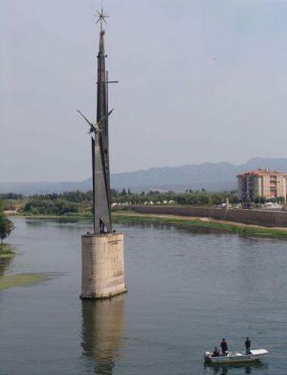 La obra se erige en medio del río a su paso por Tortosa.