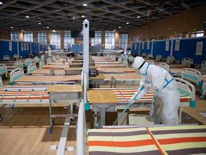 Limpieza de un hospital temporal en Wuhan, después de que todos los pacientes hayan sido dados de alta, ese lunes.