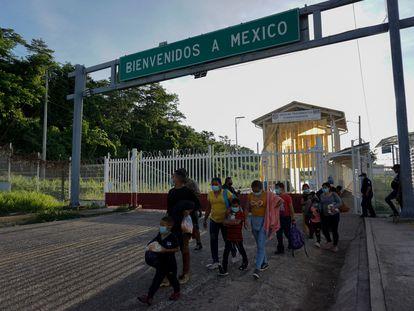 Migrantes llegan a El Ceibo, Guatemala, tras ser deportados por EE UU y México.