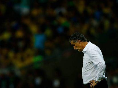 El entrenador Bauza, abatido en medio del partido.