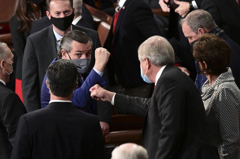 El senador por Texas Ted Cruz, con el puño en alto, en el Congreso.