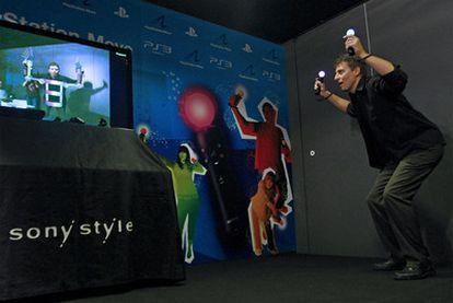 Richard Marks, directivo de PlayStation, probando el nuevo mando PlayStation Move en Madrid.