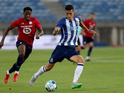 Marcano golpea el balón en un amistoso ante el Lille disputado el pasado mes de julio. / (AFP)