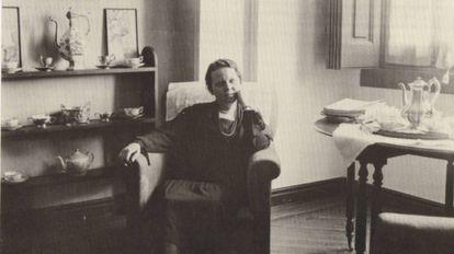 Zenobia Camprubí, en el comedor de su casa de Madrid.