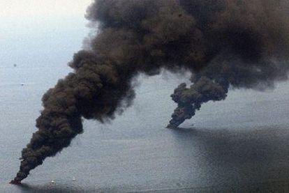 Dos columnas de humo salen directamente desde el mar. Algunas manchas de petróleo en la superficie del agua son quemadas para evitar que el crudo se extienda más.