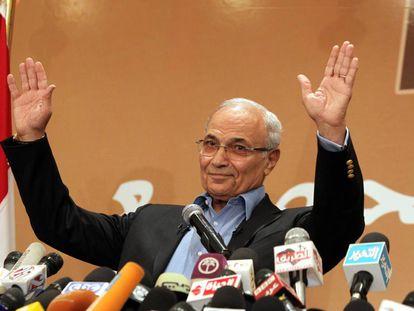 Foto de archivo de Ahmed Shafiq durante la campaña de las presidenciales de 2012