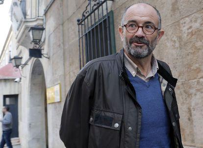El exconcejal de Educación del PP de Valencia Emilio del Toro ante la comandancia de la Guardia Civil.