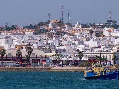 Puerto de Vila Real de Santo Antonio (Portugal), con la imagen al fondo de la localidad onubense de Ayamonte, con la que se reanudaron las conexiones el pasado 1 de julio.