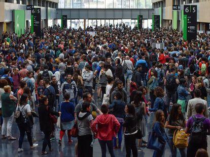 Opositores a las pruebas para educación del Gobierno vasco en Barakaldo, en junio.