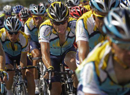 Lance Armstrong, entre sus compañeros del Astana (al fondo, Contador), durante la etapa de ayer.