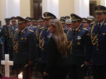 La presidente interina de Bolivia, Jeanine Áñez, en un acto con la cúpula militar, en una imagen de archivo.