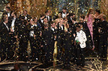 El equipo de 'Spotlight', en el cierre de la gala de los Oscar.