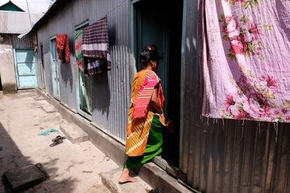 Una trabajadora sexual entra en su habitación detrás de un cliente. Prostíbulo de Kandapara, en Tangail.