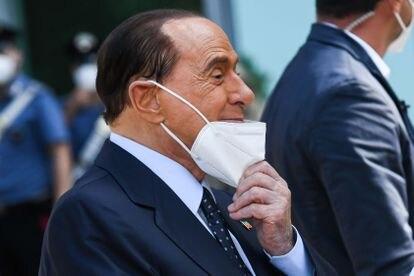 Silvio Berlusconi, a su salida del hospital de Milán tras superar la covid-19.