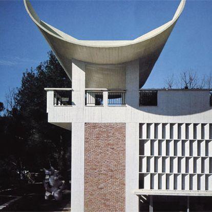 Aires místicos en un detalle del patio de la Fundación Marguerite et Aimé Maeght (1958-1971), en Saint Paul de Vence (Francia).
