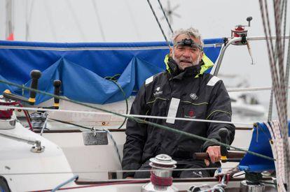 El navegante francés Jean-Luc van den Heede, a bordo del 'Matmut', cruza la líenea de meta de Les Sables d'Olonne.