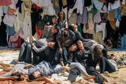 Alumnos de 4º de la ESO del grupo de teatro del colegio Aljarafe de Sevilla, durante el ensayo general de 'Farsa Memoria'.