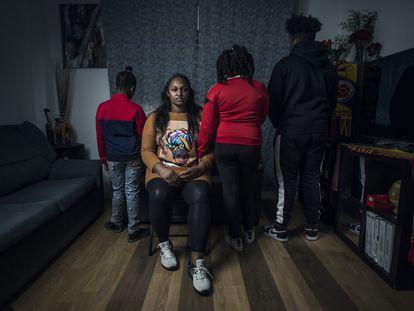 Ítaly Zapata, de nacionalidad colombiana, con sus tres hijos, en su casa en Madrid.