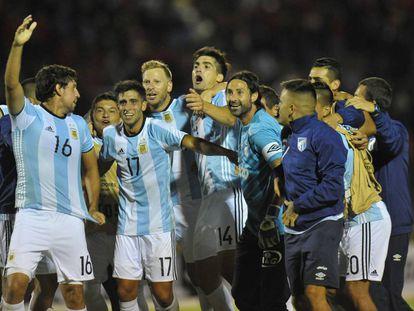 Los jugadores de Atlético Tucumán celebran con la camiseta de la selección argentina.
