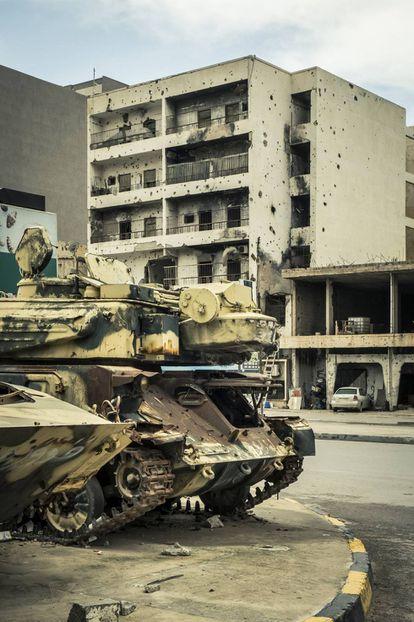 Un viejo tanque se oxida al aire libre en el Museo de la Guerra de la ciudad de Misrata.