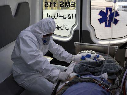 Un paciente con la Covid-19, trasladado en ambulancia a un hospital de Teherán, este lunes.