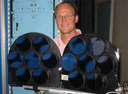 Uwe Bergmann, en el sincrotrón de Stanford, con un espectrómetro de rayos X.