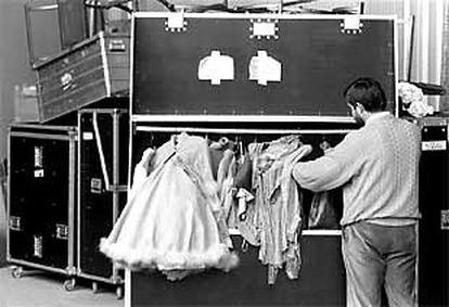 Un trabajador de Objetos Perdidos revisaba el vestuario del Ballet de París en 1991.