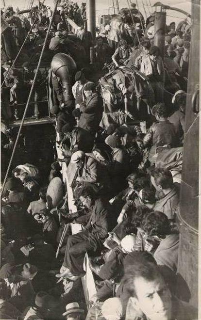 Republicanos españoles, hacinados en abril de 1939 en la cubierta del mercante 'Stanbrook' en el puerto de Orán, donde permanecieron retenidos 40 días.