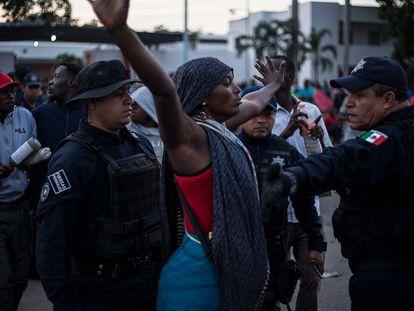 Una mujer ante las fuerzas de seguridad, en Tapachula (Chiapas).