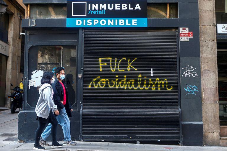 Aspecto de una pintada en un comercio del centro de Barcelona, el pasado lunes.