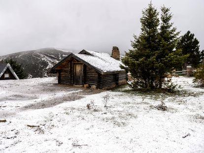 Varias cabañas cubiertas de nieve en la localidad cántabra de Brañavieja, el pasado 2 de diciembre.