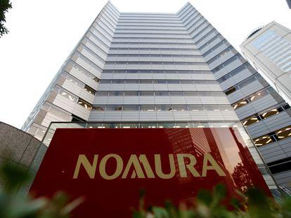 El logotipo de Nomura Securities en la oficina central de Otemachi de la compañía en Tokio.
