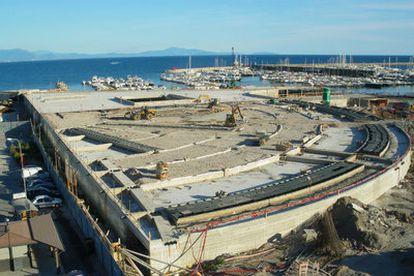 Obras del espectacular edificio Crescent de Ricardo Bofill en el paseo marítimo de Salerno, objeto de la polémica.