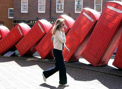 Una mujer habla por su teléfono móvil en Kingston, Londres.