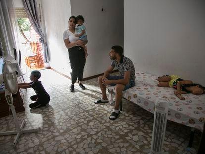 Laura y su familia en su domicilio de Usera.
