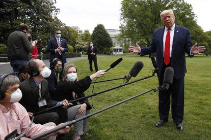 Donald Trump responde a la prensa en el jardín de la Casa Blanca, el jueves.