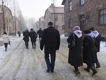 Supervivientes del Holocausto y familiares asisten a la ceremonia por el aniversario de la liberación del campo de exterminio Auschwitz-Birkenau.