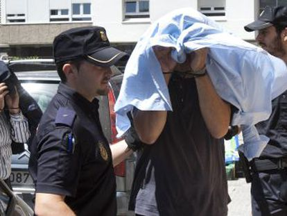 Dos de los detenidos en la última fase del caso Bahía son escoltados durante su traslado a los juzgados gaditanos.