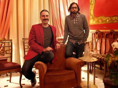 Alberto Puraenvidia (izquierda) y José Martret, en una de las estancias de La Casa de la Portera.