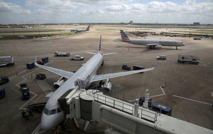 Un avión de American Airlines en el aeropuerto texano de Dallas-Fort Worth.