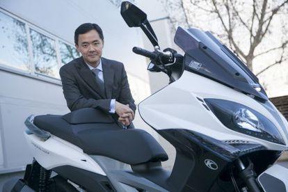 Carlos Wang, director general de la segunda marca de motos más vendida en España, posa con uno de sus modelos.